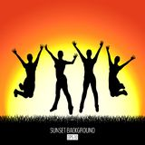 与四名愉快的跳跃的妇女黑色剪影的日落背景 库存例证