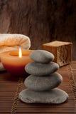 与四块石头的温泉大气与蜡烛光和肥皂 库存图片