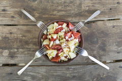 与四把叉子的新鲜,菜沙拉在木桌上 免版税库存图片