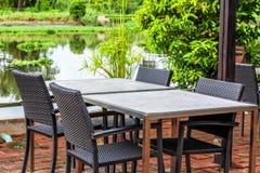 与四把椅子的表在美丽的河旁边 免版税库存图片