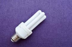 与四支管的白色节能荧光灯电灯泡,有一个银色盖帽的 免版税库存照片