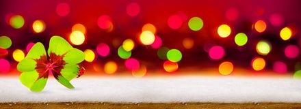 与四片叶子三叶草和瓢虫的新年背景 免版税库存图片