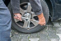 与四种方式的套筒扳手的手工轮胎变动 库存图片