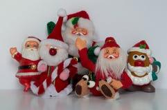 与四站立和一个的五件圣诞老人装饰品安装了,挥动在照相机 免版税库存照片
