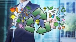 与回收商标的箭头的商人感人的生态接口 免版税库存照片