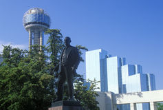与团聚塔的达拉斯地平线, TX,乔治Dealey凯悦饭店和雕象  库存图片