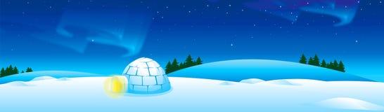 与园屋顶的小屋的冬天风景很多雪和极光夜空 免版税库存图片