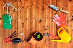 与园艺工具和对象的Copyspace框架在老木背景 免版税库存图片