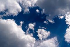 与围拢作为框架的白色云彩的清楚的天空蔚蓝 免版税库存照片