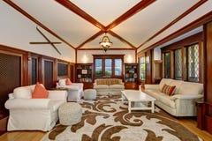 与固定家具、拱顶式顶棚和射线的豪华客厅内部 库存照片