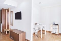 与固定家具和桌集合嘲笑的现代客厅公寓装饰 库存图片