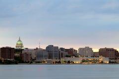与国会大厦圆顶和莫诺纳大阳台的麦迪逊都市风景 免版税库存图片