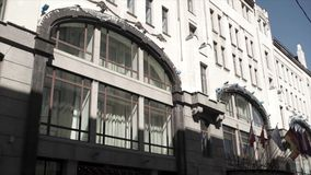 与国家的旗子的政府大楼 欧盟国家旗子挥动在现代欧洲人附近的 库存图片