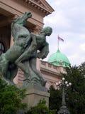 与国旗贝尔格莱德塞尔维亚欧洲st的议会大厦 图库摄影