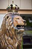 与国王冠的狮子 库存照片