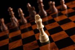 与国王的下棋比赛在中心 库存照片