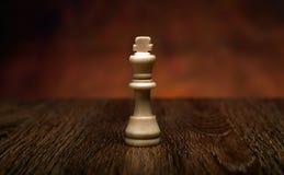 与国王的下棋比赛在桌上 库存图片