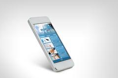 与国际新闻网页的Smarthphone在屏幕上 免版税库存照片
