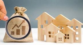 与图和木房子的金钱袋子 E 在房价和租的增量 免版税库存照片