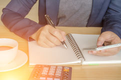 与图成长、电话和笔的商业文件 工作场所生意人 图库摄影