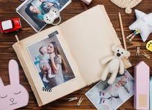 与图片的开放册页在木背景的辅助部件附近 图库摄影