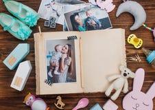 与图片的开放家庭册页在木背景的辅助部件附近 库存图片
