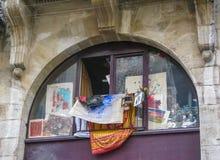 与图片的窗口在街道红葡萄酒,法国 免版税库存图片