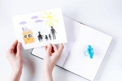 与图画和笔记本的家庭观念在桌面看法 免版税库存图片