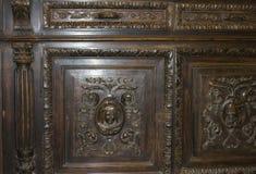 与图的木雕刻的洗脸台 库存照片