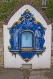 与图的蓝色和金排水口在街道在英国 库存照片
