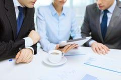 与图表、片剂个人计算机和咖啡的企业队 免版税库存图片
