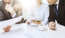 与图表、片剂个人计算机和咖啡的企业队 免版税库存照片