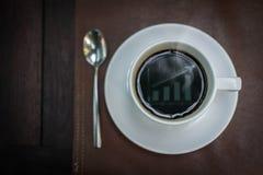 与图表反射的热的咖啡在上面,企业概念 库存照片