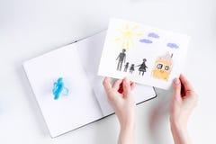 与图画和笔记本的家庭观念在桌面看法 库存照片