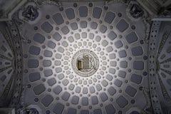 与圆动机的令人惊讶的装饰灰泥宫殿天花板 图库摄影