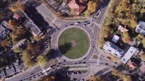 与圆形交通路口的维尔纽斯都市风景 股票录像