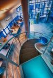 与圆形楼梯的现代办公室内部 事务和corpor 图库摄影
