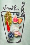 与圆滑的人或戒毒所饮料成份的被绘的玻璃:桃红色硬花甘蓝、草莓、蓝莓和红色唐莴苣或者无头甘蓝叶子 库存图片