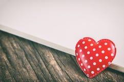 与圆点样式的红色心脏和与葡萄酒的白纸 库存图片