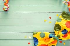 与圆点蝶形领结的欢乐背景 免版税库存图片