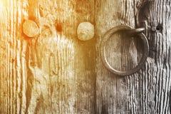 与圆环把柄的老土气木门 免版税图库摄影