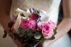 与圆环的婚姻的新娘花束 图库摄影