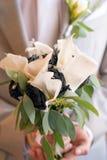 与圆环的婚姻的新娘花束 库存照片