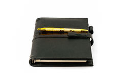 与圆珠笔的黑色笔记本 库存照片