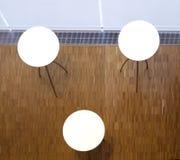 与圆白色桌面的三张桌 库存图片