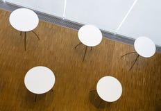与圆白色桌面的五张桌 库存照片
