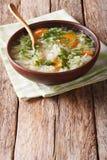与圆白菜关闭的热的蔬菜汤在桌上 垂直 图库摄影