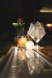 与圆的冰的鸡尾酒 免版税库存照片