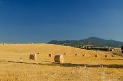 与圆的干草捆的亩茬地,托斯卡纳 库存图片