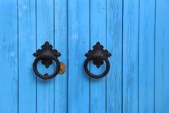 与圆的把柄的蓝色木门 免版税图库摄影